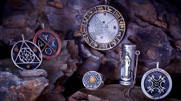 Varios-amuletos-y-talismanes-colocados-en-unas-piedras-619×346